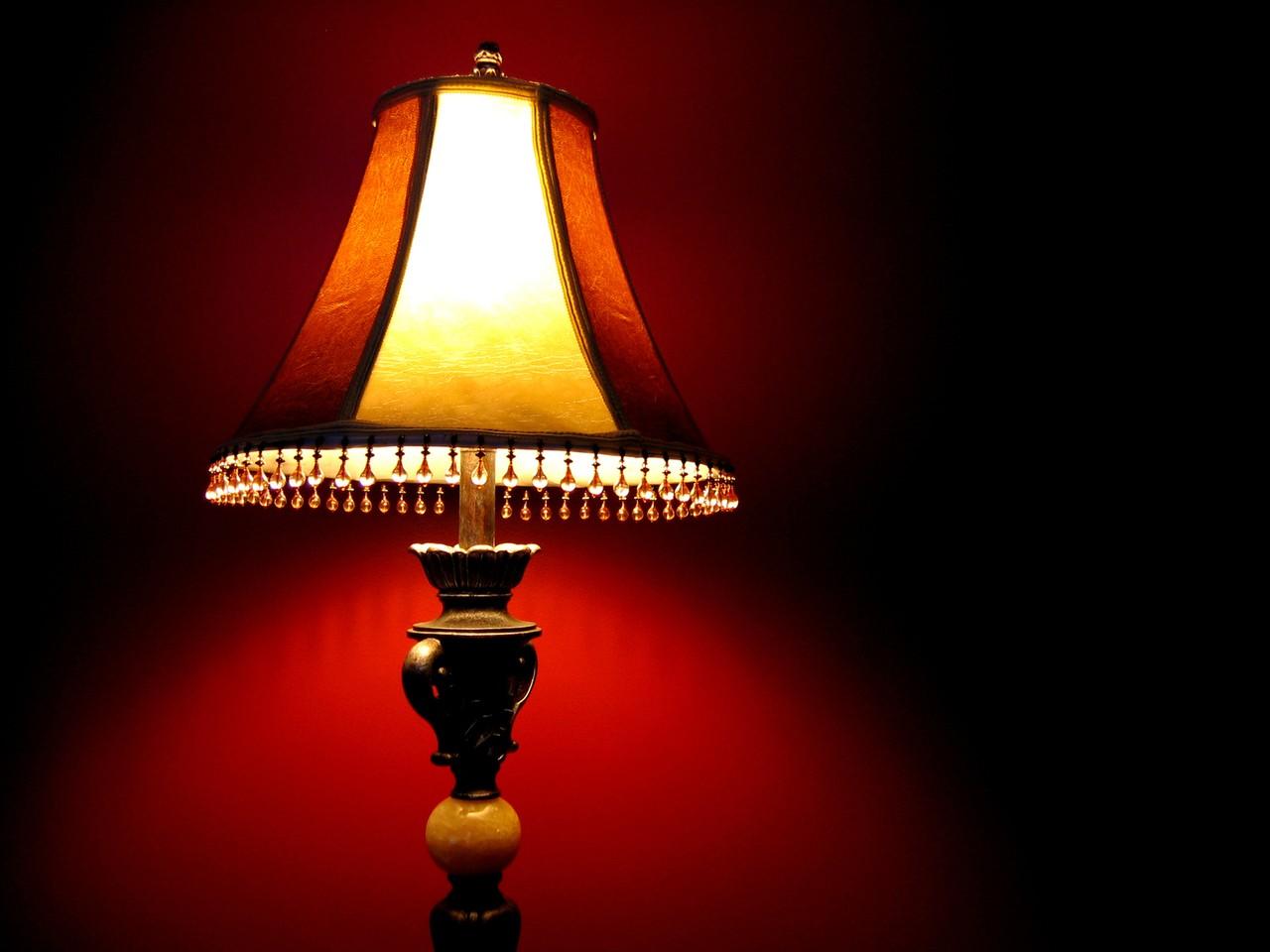 Lampy – wybrać sufitowe czy stolikowe?
